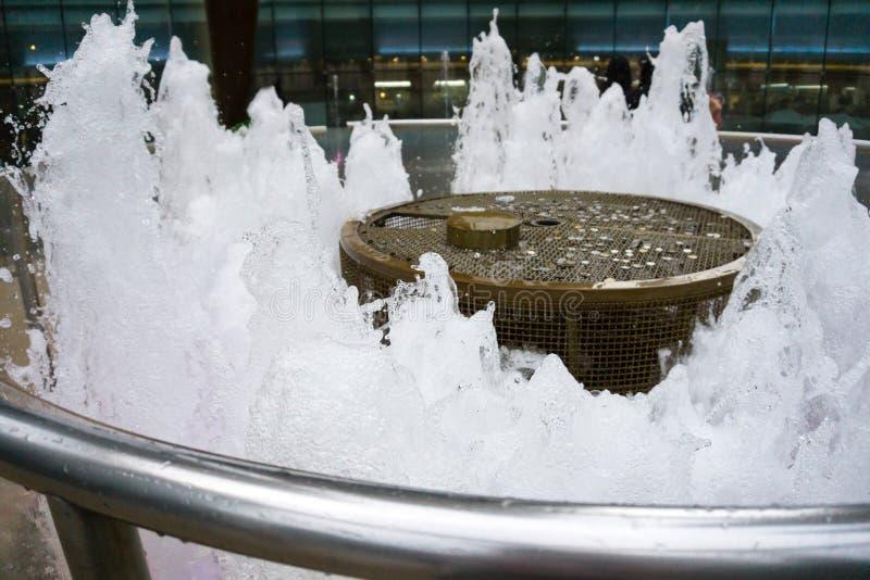 Singapore - 11 ottobre 2018: Chiuda sulla fontana di ricchezza come la più grande fontana nel mondo al viale del quadrato di citt immagine stock