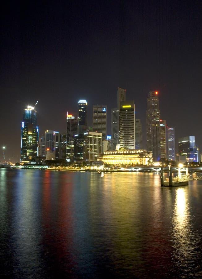 Singapore på natten royaltyfria bilder