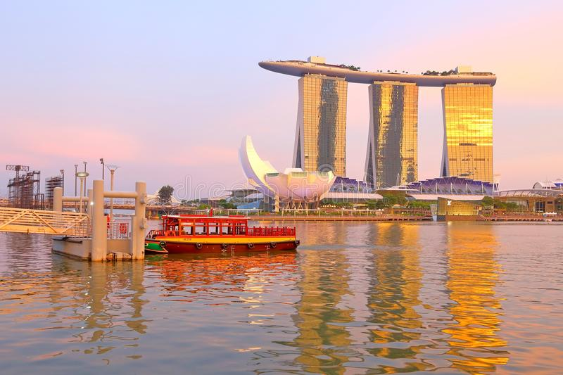 Singapore: Riviertaxi in de avond stock fotografie