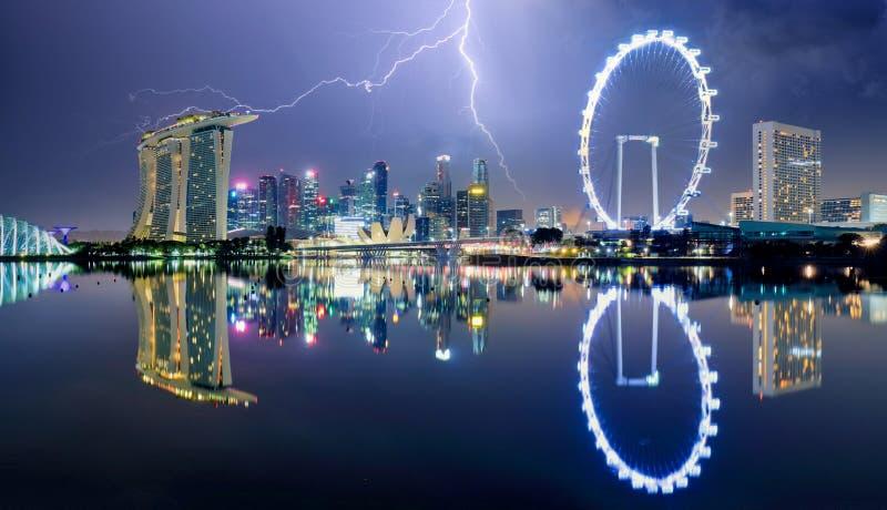 Singapore 's nachts met storm en bliksemschicht stock foto's
