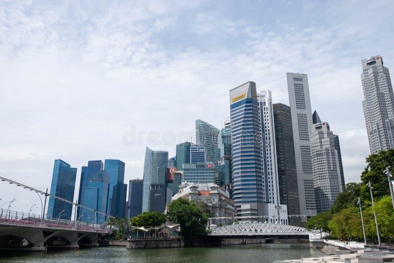 Singapore 21 September 2018, är de turisten kommer till Merlion parkerar för tagande ett foto och en incheckninggränsmärke arkivbilder