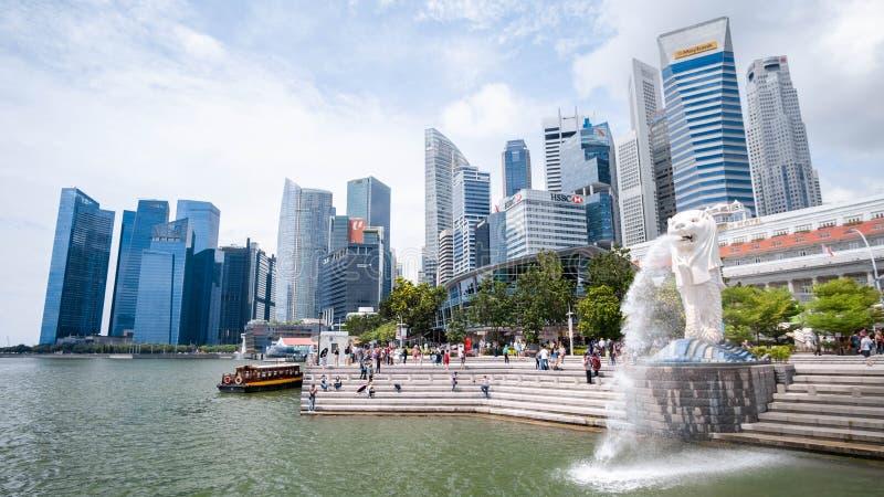 Singapore 21 September 2018, är de turisten kommer till Merlion parkerar för tagande ett foto och en incheckninggränsmärke arkivfoton