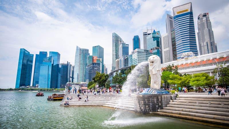 Singapore 21 September 2018, är de turisten kommer till Merlion parkerar för tagande ett foto och en incheckninggränsmärke royaltyfri fotografi