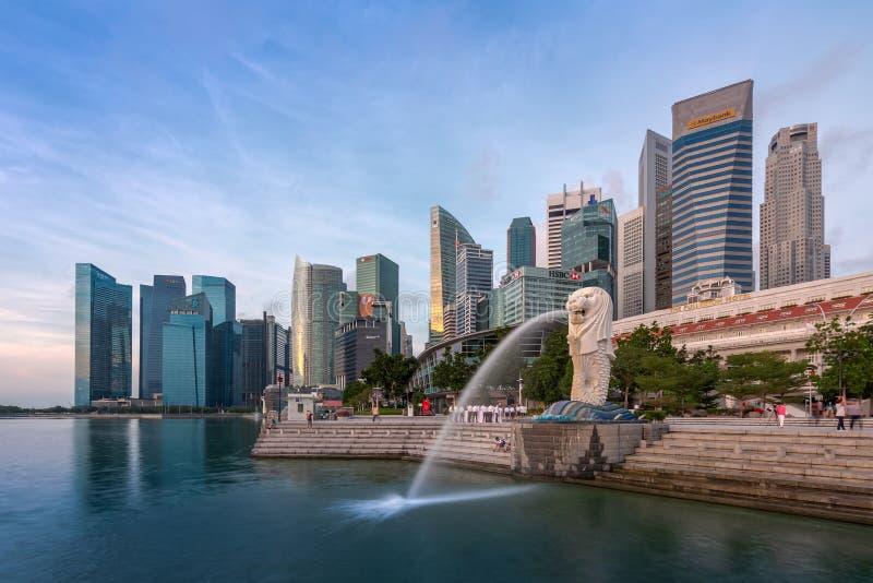 Singapore - September 25, 2017 den Merlion springbrunnen och Singapor arkivbilder