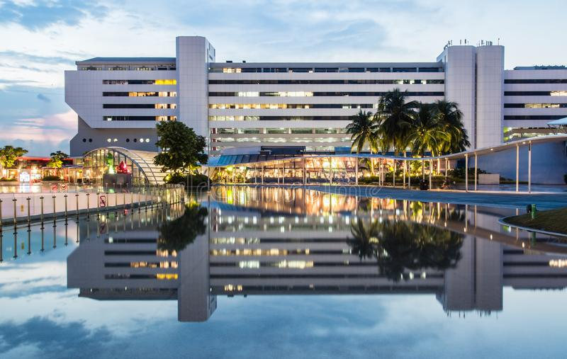 Singapore 26 SETTEMBRE 2017: Vista della costruzione del centro di Singapore HarbourFront dal tetto della città di vivo fotografia stock libera da diritti