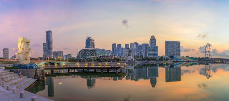 "Singapore Singapore †""April 2016: Flyg- sikt av Singapore stadshorisont i soluppgång eller solnedgången på Marina Bay, Singapor royaltyfria bilder"