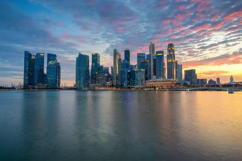 """Singapore Singapore †""""Augusti 2016: Flyg- sikt av Singapore stadshorisont i soluppgång eller solnedgången på Marina Bay, Singap arkivfoto"""