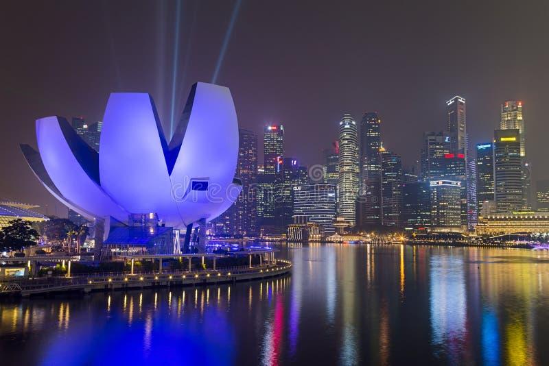 SINGAPORE SINGAPORE - CIRCA SEPTEMBER 2015: Singapore stadsljus och ArtScience museum på natten, Singapore royaltyfria bilder