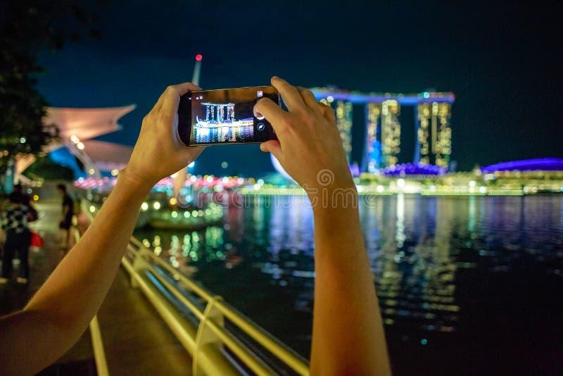 Singapore smart telefon royaltyfri bild