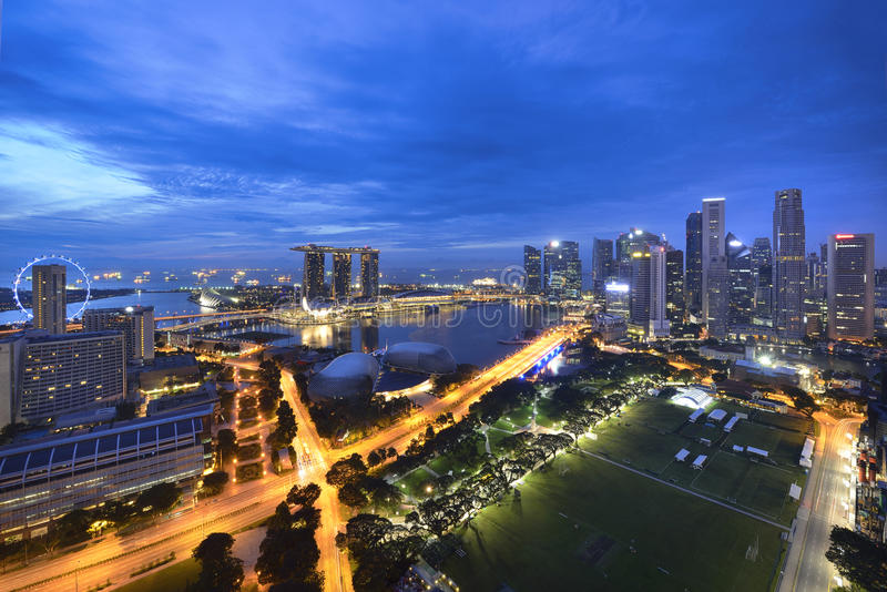 Singapore stad på natten arkivbild