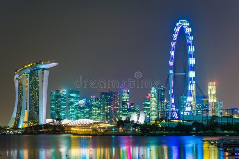 Singapore stad på nattsikten av marinafjärden arkivbild