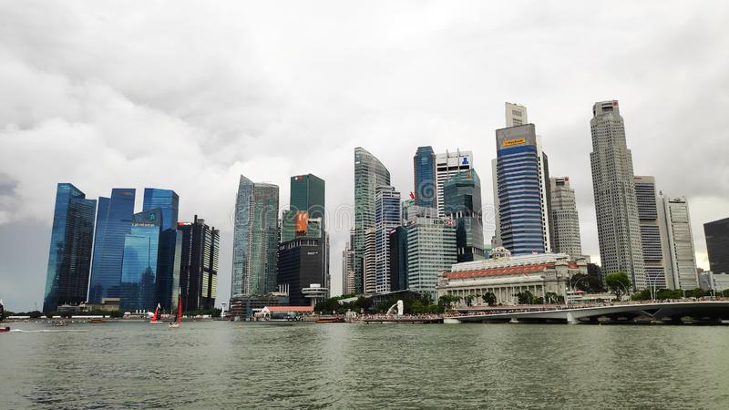 Singapore stadshorisont med invallningen vid i stadens centrum k?rna i mulet v?der arkivbilder