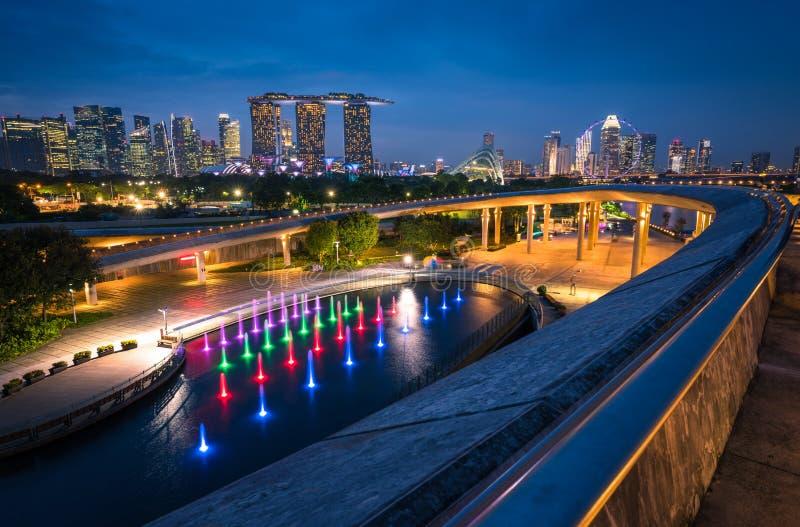 Singapore stadshorisont och sikt av skyskrapor på Marina Barrage arkivbild