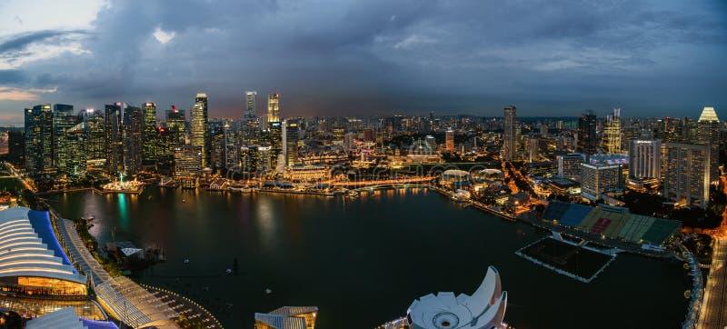 Singapore stadshorisont på den Marina Bay sikten från den Singapore reklambladet på natten royaltyfria foton