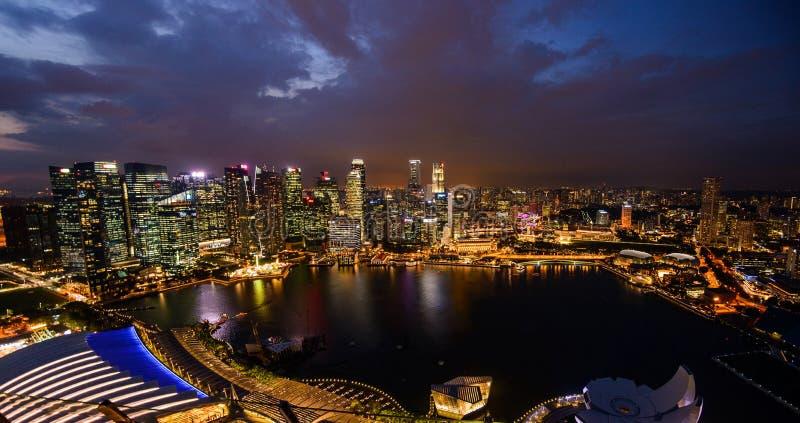 Singapore stadshorisont på den Marina Bay sikten från den Singapore reklambladet på natten arkivfoto
