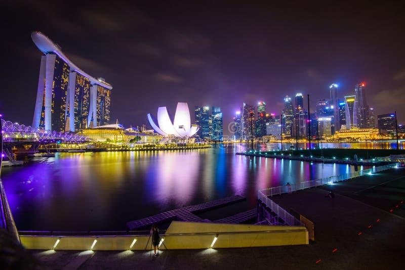 Singapore stadshorisont på den Marina Bay sikten från den Singapore reklambladet på natten royaltyfri bild