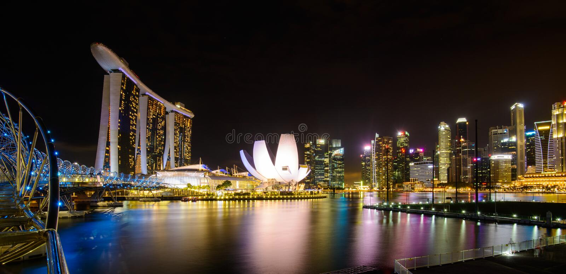 Singapore stadshorisont på den Marina Bay sikten från den Singapore reklambladet på natten arkivbild