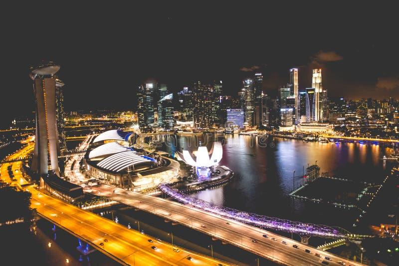 Singapore stadshorisont på natten och sikten av Marina Bay Top View royaltyfri fotografi