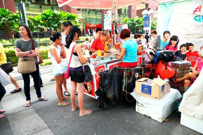 Singapore: Steet försäljare längs fruktträdgårdvägen arkivbild