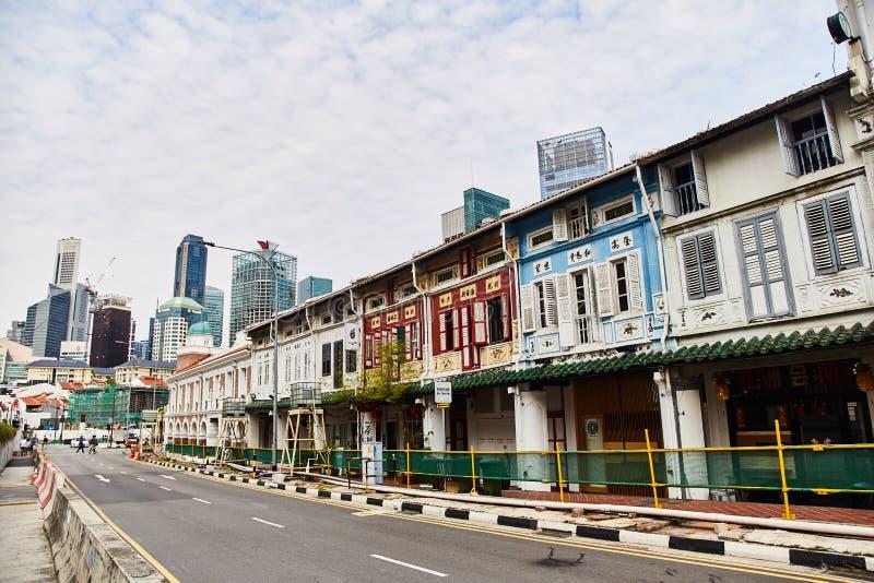 19 03 2019 Singapore - vista delle costruzioni tradizionali cinesi moderne e vecchie nella città fotografie stock libere da diritti