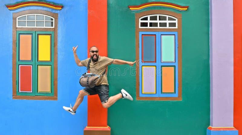 20 08 2017 Singapore, vliegende gelukkige toerist voor kleurrijke voorgevel van de historische oude bouw in Weinig India royalty-vrije stock fotografie