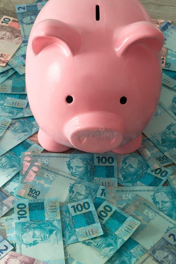 Singaporean dollars en spaarvarken Het sparen en het deponeren geld royalty-vrije stock afbeeldingen