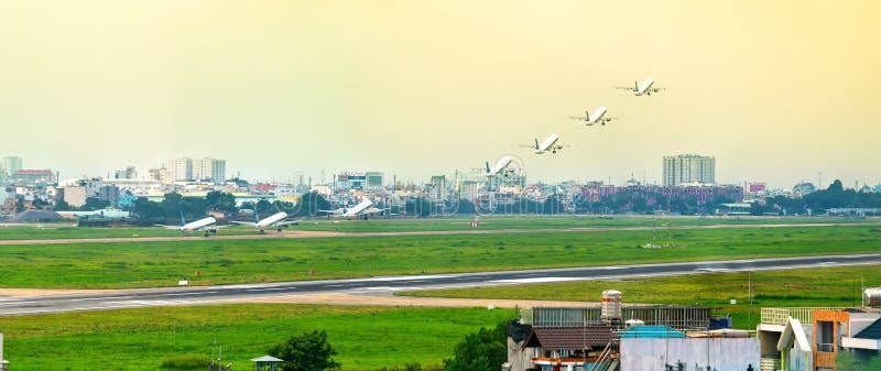 Singapour Airbus A330-300 avec l'enregistrement 9V-SSD décollant chez Tan Son Nhat International Airport photographie stock libre de droits