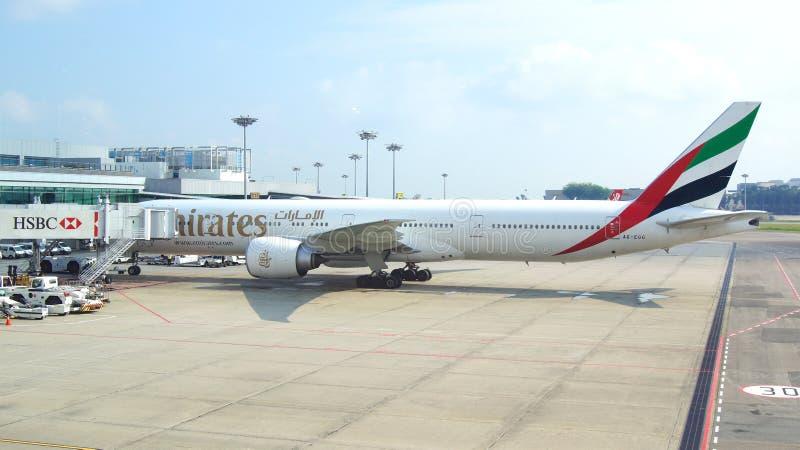 SINGAPOUR - 4 avril 2015 : Avion de Boeing 777-300ER d'émirat à la porte à l'aéroport de Changi Les émirats est la plus grande li photos libres de droits