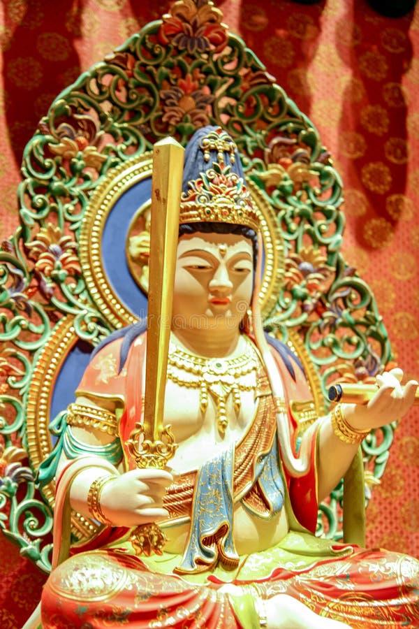 SINGAPOUR - 11 AVRIL 2016 : Statue de Bouddha se reposant sur le lotus décoré à l'intérieur du temple de relique de dent de Boudd photos libres de droits