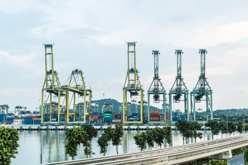 Singapour -26 EN SEPTEMBRE 2017 : Machine de port de Singapour avec la vue de nuit de réflexion images stock
