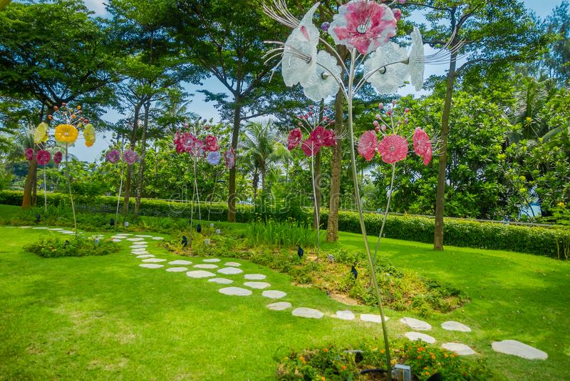 SINGAPOUR, SINGAPOUR - 1ER FÉVRIER 2018 : Belle vue extérieure des fleurs en verre magnifiques du jardin d'imagination dans image libre de droits