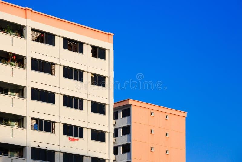 Singapour 22 FÉVRIER 2019 : Bâtiment résidentiel de Singapour HDB à l'arrière-plan de ciel bleu photo libre de droits