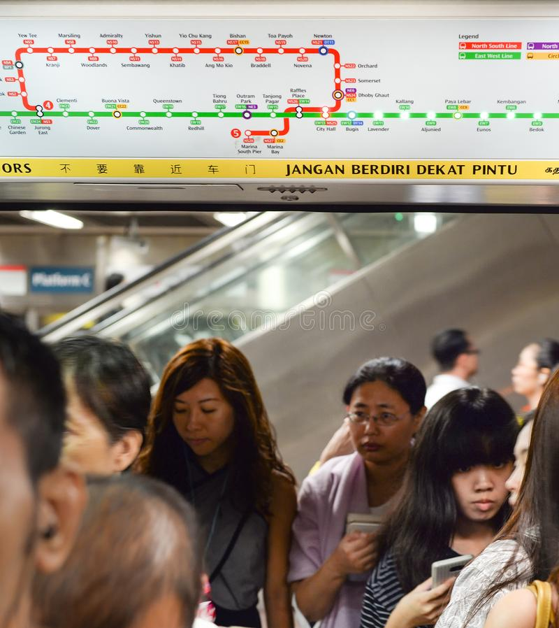 SINGAPOUR - 18 FÉVRIER 2017 : Passagers montant à bord du train à la station de métro d'AM à Singapour Le MRT a 102 stations et e photographie stock libre de droits