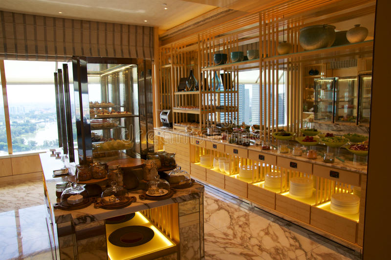 SINGAPOUR - 23 juillet 2016 : à l'intérieur d'un salon à l'hôtel de luxe cinq étoiles Marina Bay, le canape de variété et la nour images stock