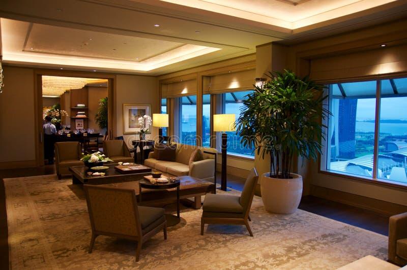 SINGAPOUR - 23 juillet 2016 : chambre d'hôtel ou suite de luxe avec l'intérieur moderne, des places assises et une vue impression image stock
