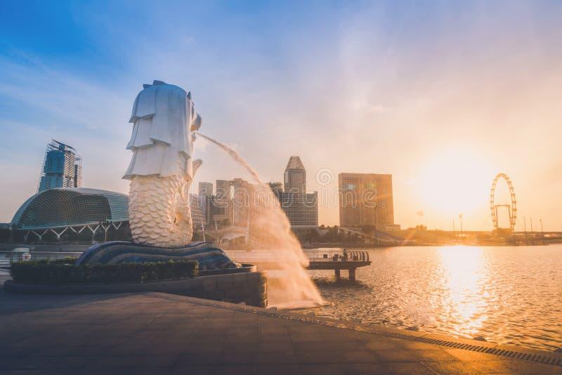 SINGAPOUR 9 JUILLET 2016 : Fontaine de statue de Merlion horizon dans de Merlion de parc et de Singapour ville au lever de soleil images stock