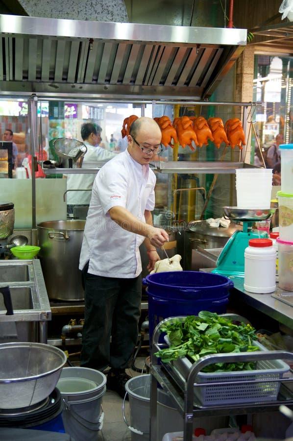 SINGAPOUR - 23 juillet 2016 : le canard a grillé ou a rôti préparé par un cuisinier chez Lau Pa Sat Festival Market image libre de droits