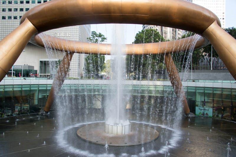 SINGAPOUR - 7 mai 2017 : La fontaine de la richesse est le destinatioin célèbre de voyage situé dans des tours de Suntec photographie stock