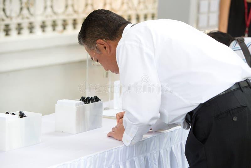 SINGAPOUR - 23 MARS : Hommage d'écriture de visiteur au défunt premier ministre ex de Singapour, M. Lee Kuan Yew photographie stock libre de droits