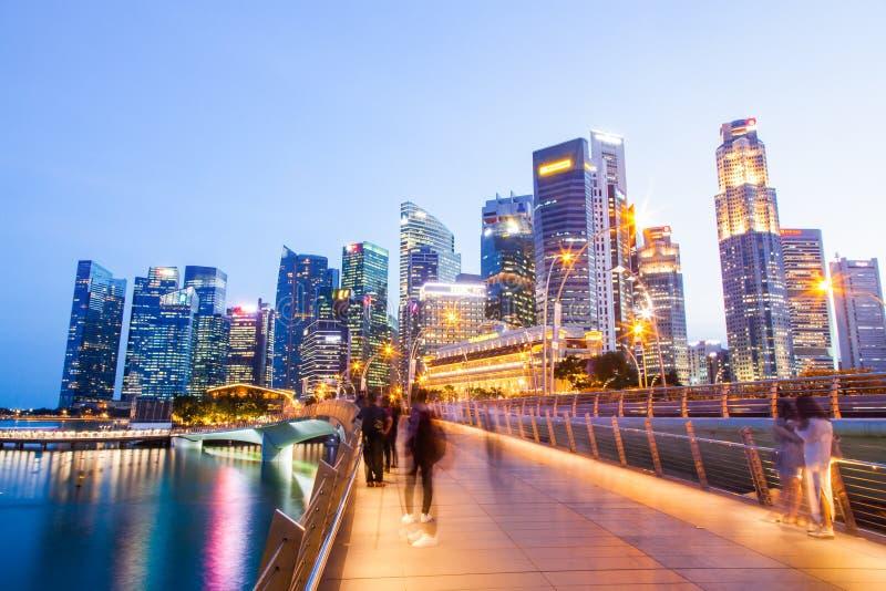 SINGAPOUR, SINGAPOUR - MARS 2019 : Pont de l'Esplanade et gratte-ciel du centre-ville en arrière-plan Singapour photos libres de droits