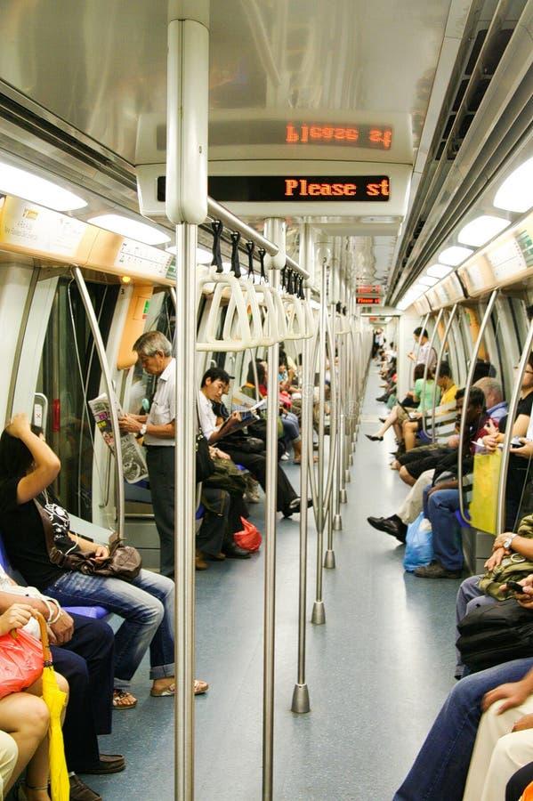 SINGAPOUR - 24 MARS 2008 : Vue à l'intérieur de chariot de train de ciel avec des passagers photo libre de droits