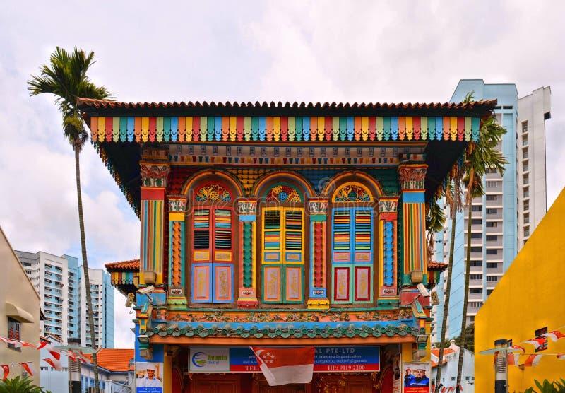 26 08 2017 Singapour, vieux bâtiment en bois coloré dans le style tamoul ethnique dans peu de secteur de l'Inde avec le ciel nuag photo stock