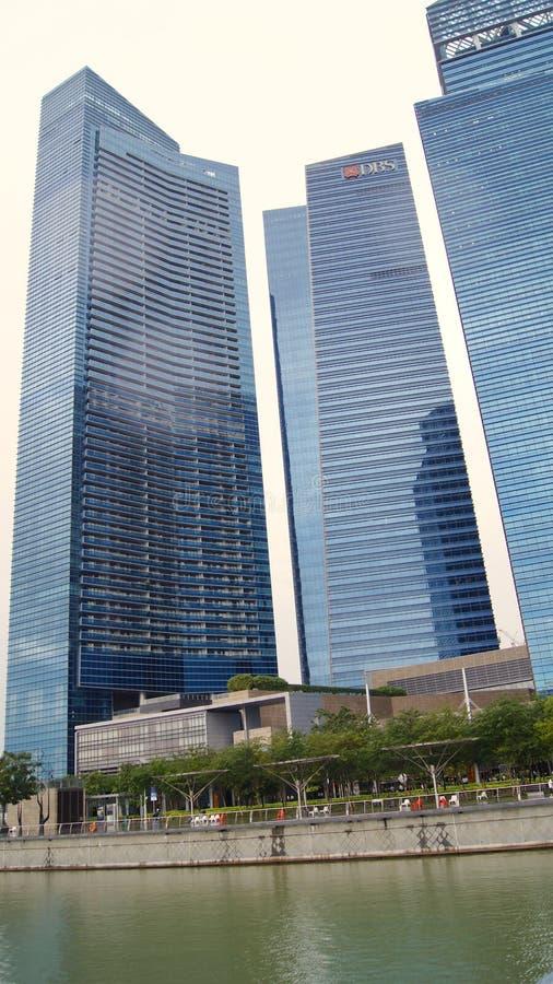 SINGAPUR, APR - 2nd 2015: Drapacze chmur w Singapur W centrum sednie przy zmierzchem obrazy stock