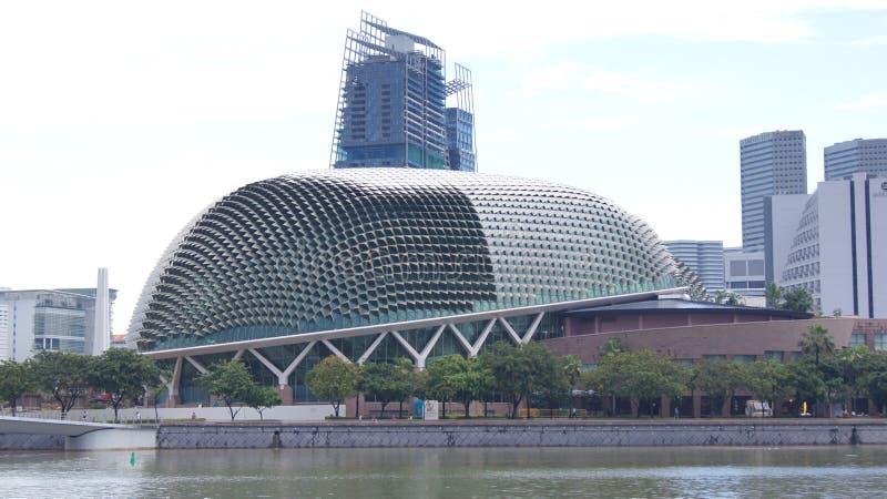 SINGAPUR, APR - 2nd 2015: Esplanada teatry na zatoce podczas dnia Esplanad Theatres na zatoce są seriami zdjęcie stock