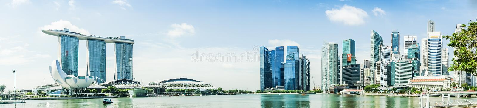 SINGAPUR - APRIL 7,2017: Panoramabild von Marina Bay Sands und von Finanzzentrum stockfotos