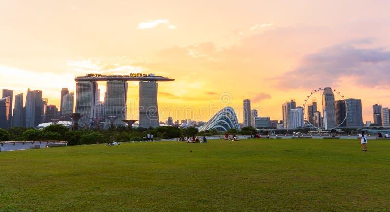 SINGAPUR - 15. APRIL 2019: Singapur-Skylinestadtbild und -sonnenuntergang auf Jachthafenbucht in der Dämmerungszeit Gemachtes Fo stockfotos