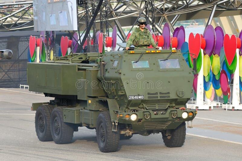Singapur-bewaffnete Kräfte (SAF) sein hohes Mobilitätsartillerie-Raketensystem (HIMARS) während Nationaltag-Parade 2013 zeigend stockbilder