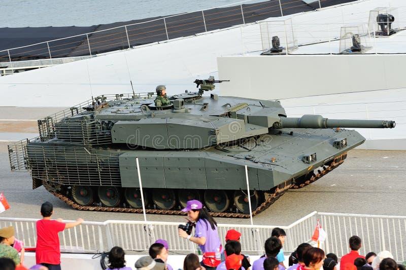 Singapur-bewaffnete Kräfte (SAF) seinen Leopard-Behälter während Wiederholung 2013 zeigend der Nationaltag-Parade-(NDP) lizenzfreie stockfotos