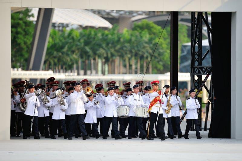 Singapur-bewaffnete Kräfte (SAF) versehen die Ausführung während Wiederholung 2013 der Nationaltag-Parade-(NDP) mit einem Band lizenzfreie stockfotos