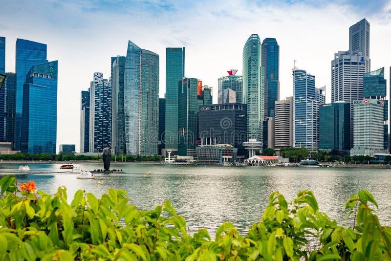 Singapur, Singapur - 22 de abril de 2019: Edificios de los rascacielos en distrito financiero fotografía de archivo